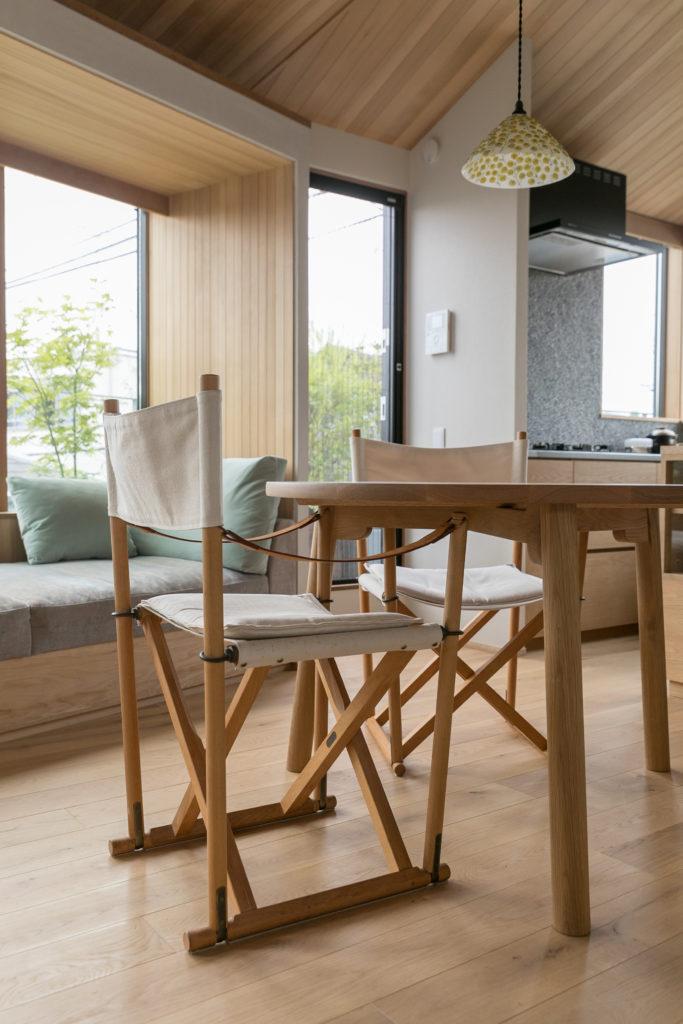 オークのダイニングテーブルはstudio fujinoの藤崎均さんが制作。「家族が3人が座りやすいように脚を3本にしていただきました」。フォールディングチェアはデンマークのモーエンス・コッホ。