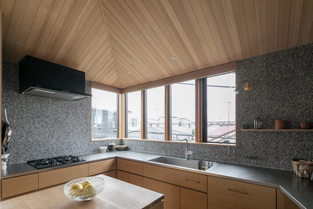 見晴らしの良いコの字型の造作キッチン。「シンクはシャープなエッジにこだわって作っていただきました」