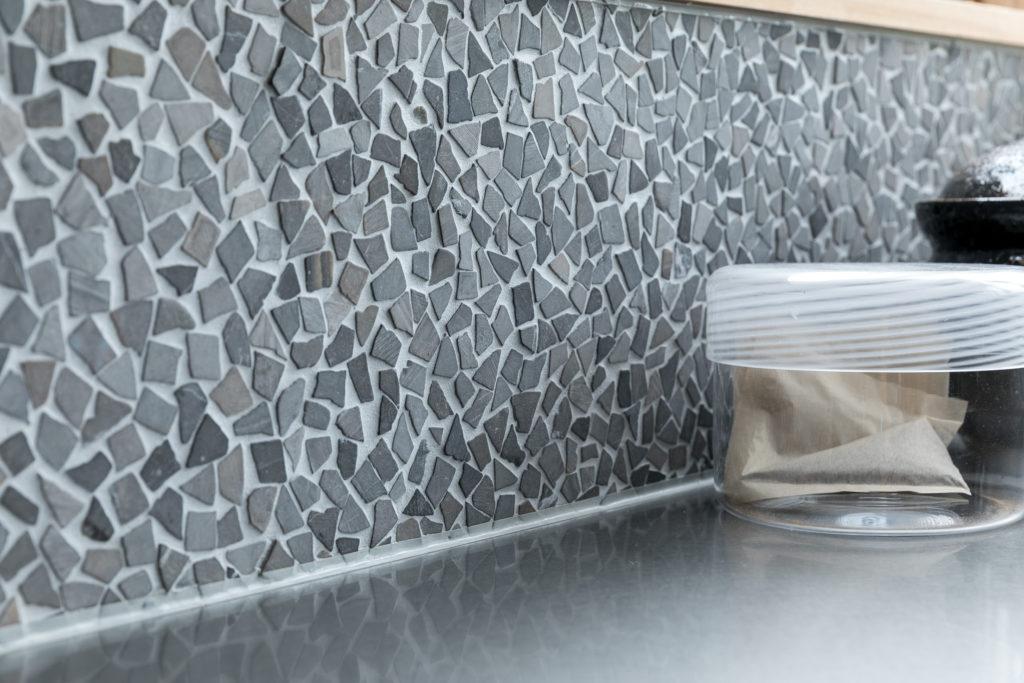 ライムストーンを細かく砕いて貼った壁が美しい。