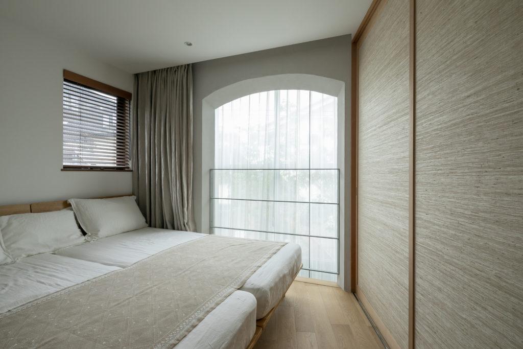 2階の寝室にもアーチ型の開口部。