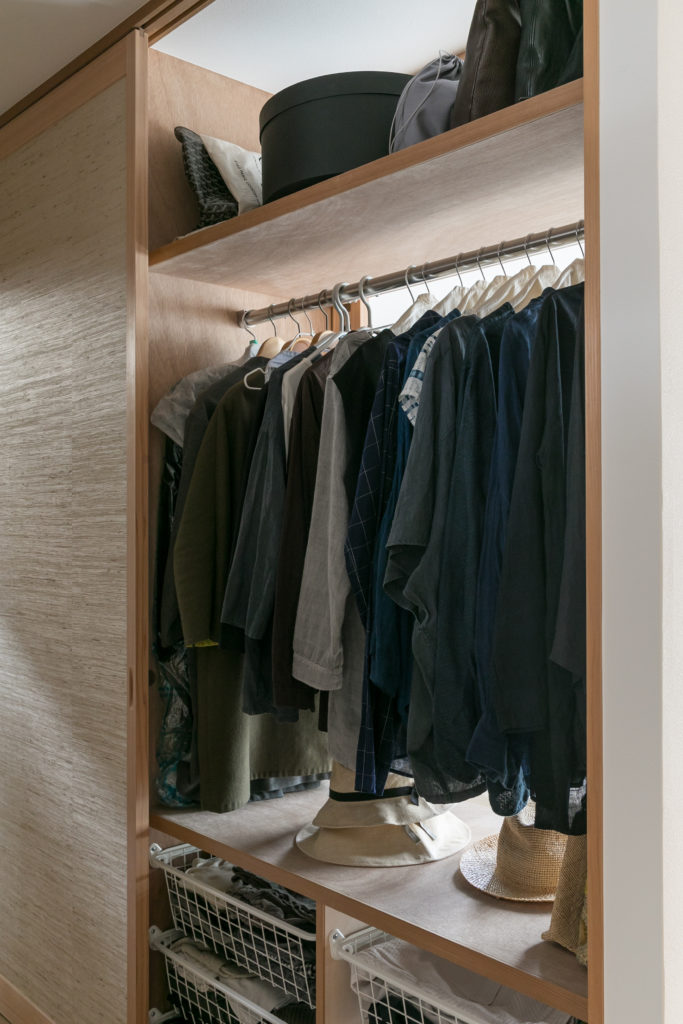 クローゼットの引き戸は寝室側と廊下側の両方から開くことができるので、風通しが抜群。「普段は娘の部屋側の引き戸も開け放ち、風を通しています」