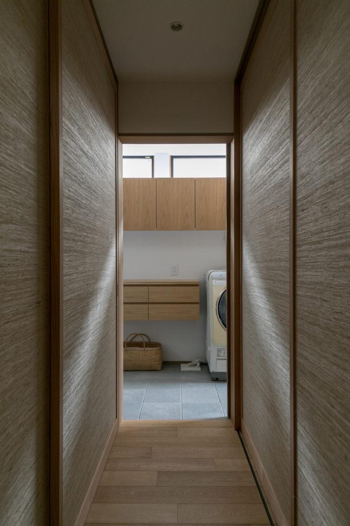 両サイドは葛を織り込んだ表情豊かなクロスの引き戸。右側が寝室のクローゼット、左側がいおりちゃんの部屋のクローゼット。