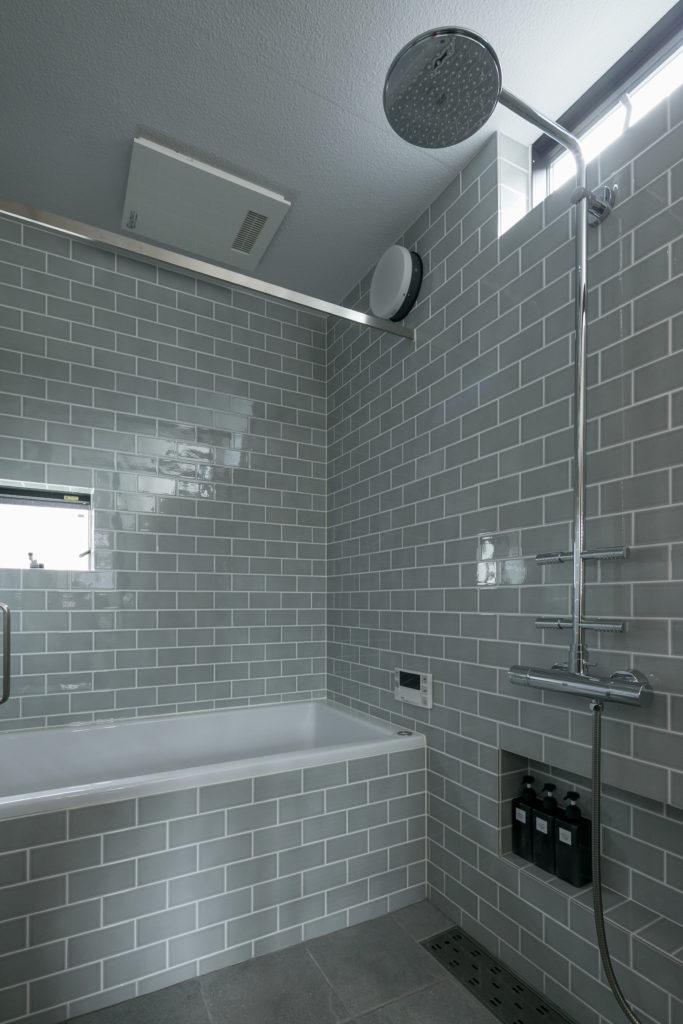 「浴室乾燥の機能があるので、ここで洗濯物も干します。ハンガーバーはデザイン性にこだわり、あえて角型のものにしました」