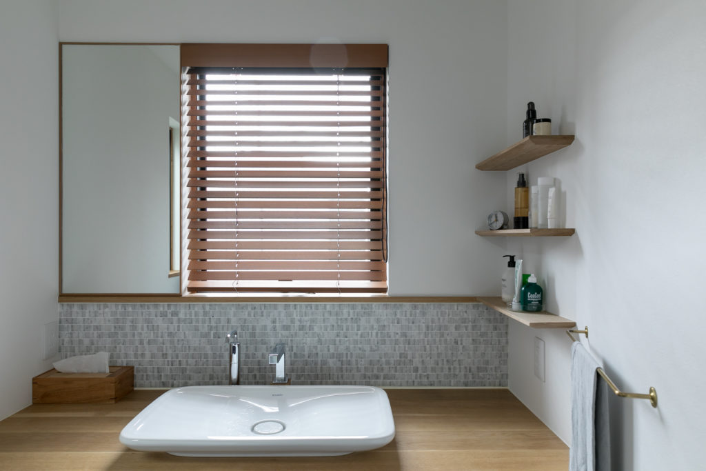 洗面ボウルは台から浮き上がったようなフォルムが美しいDuravit社のもの。
