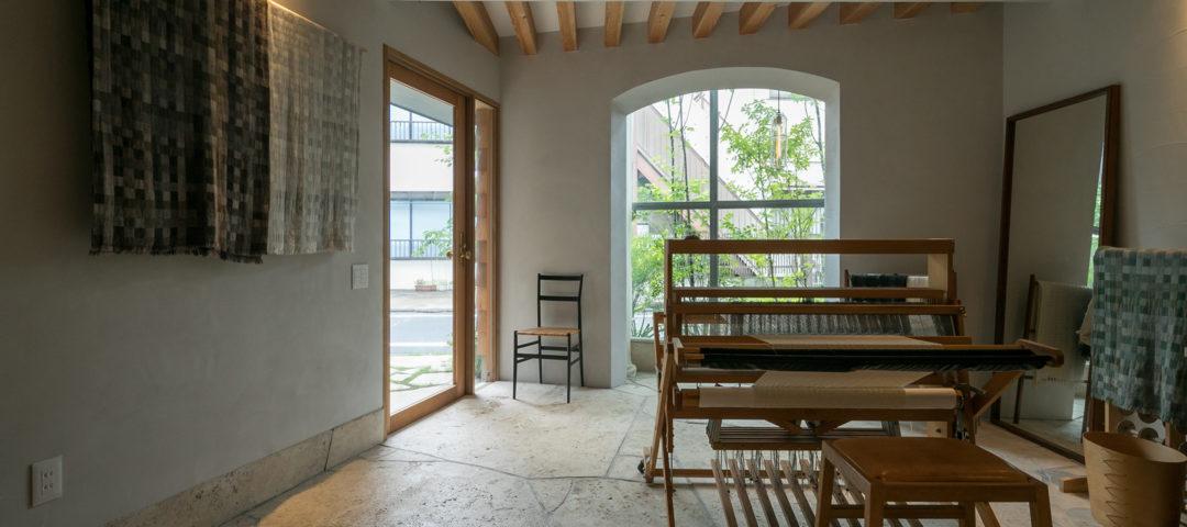 染織作家の家 1階は土間アトリエ、 3階は見晴らしのいいリビングに