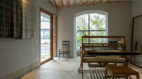 染織作家の家1階は土間のアトリエ、見晴らしのいいリビングを3階に