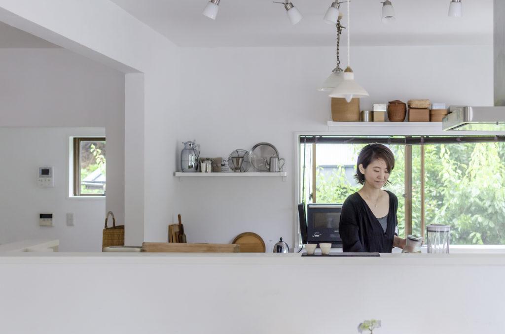 キッチンに立つ溝江さん。器などは「アンティークの雰囲気のある作家もの」を集めている。インスタグラムで自然に寄り添う葉山での暮らしを紹介。