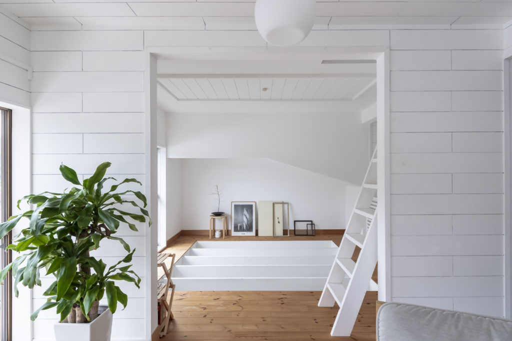 床板がはずされているリビング横の部屋。アンティーク雑貨やアーティストの作品をあしらって。