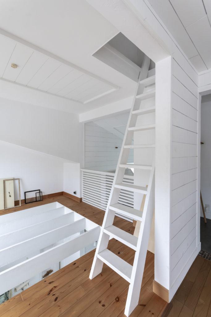 はしごを上がって秘密基地のようなロフトへ。