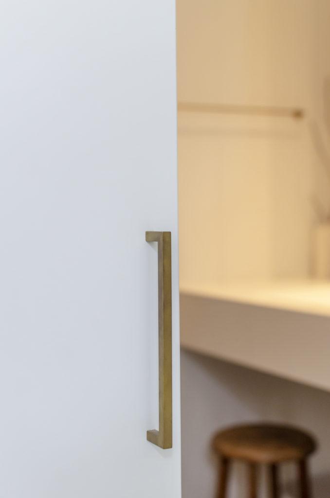 取っ手やタオルかけに真鍮を使用。イタリアのエスプリを感じさせる洗面台はサンワカンパニー。
