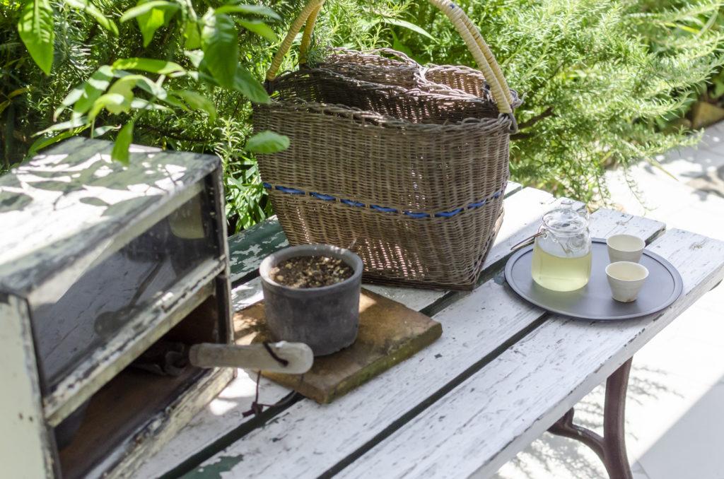 庭で育てたレモングラスで冷たいお茶を。ガーデニングも楽しんでいる。