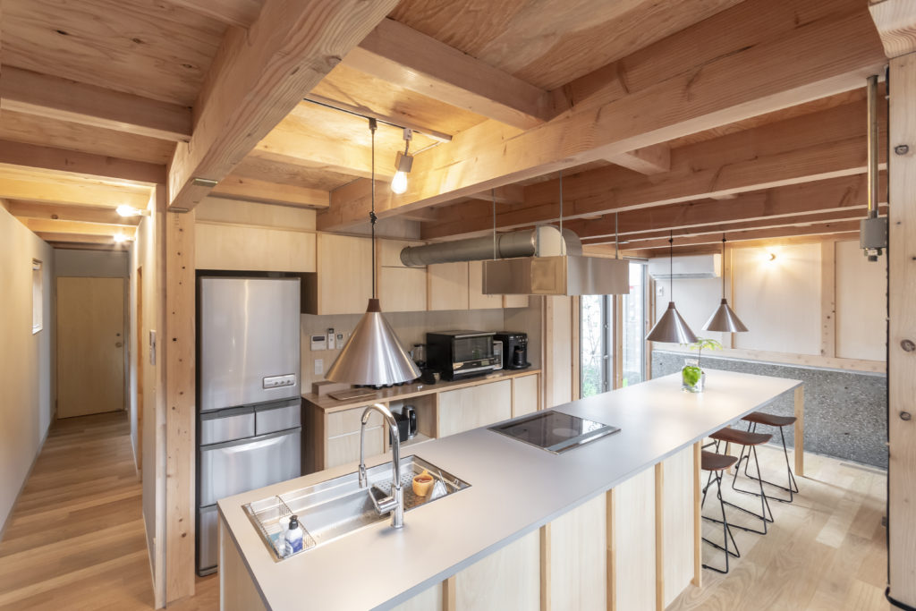 ダイニングキッチンの奥にはお風呂などの水回りが配置されている。