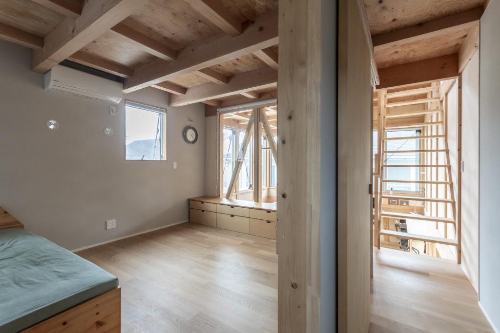 左が主寝室。下のお子さんが成長したらこの部屋を2つに分けて主寝室と子ども部屋にすることも想定されている。