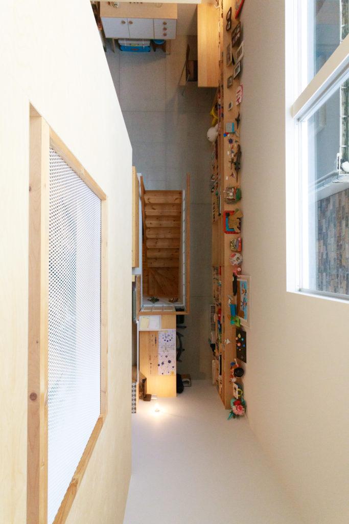 ロフトから2階を見下ろす。真下中央に見えるのが1階へと続く階段と、子どもが使っている勉強机。反対側(写真上)にもデスクがあり、ご主人がテレワークの際に使っている。