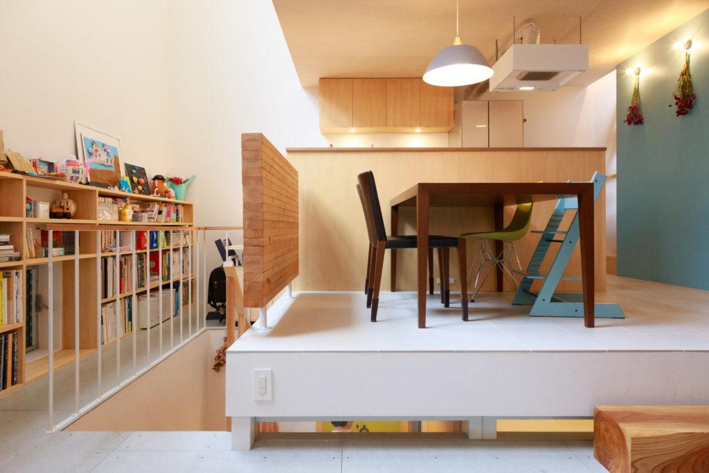 階段とダイニング床下のスリットが1階とつながり、光が建物全体に行き渡る。