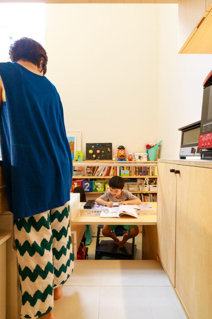 家事をしながら勉強中の子どもと話ができる。