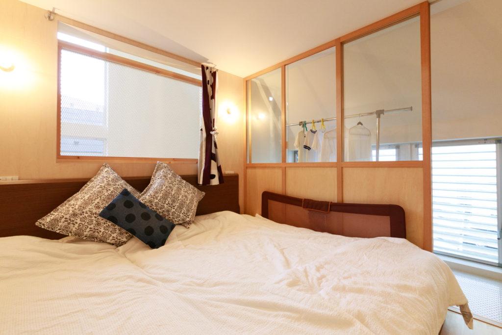 3階の寝室。奥のサンルームは洗濯物の乾燥にも。