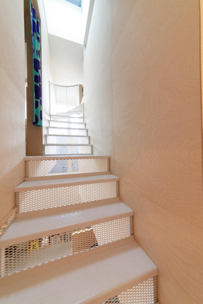 子ども部屋とロフトへと続く鉄骨階段は、蹴り込み板にエキスパンドメタルを使うことで抜け感と安全性を両立。
