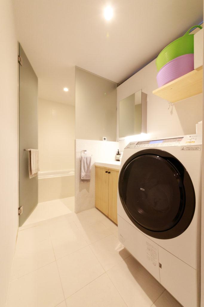 白を基調とした明るいバスルームは1階に。