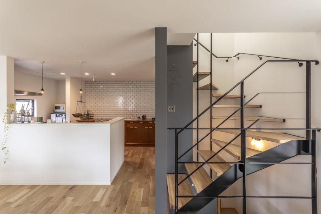 落ち着いた配色の中に、階段のアイアンの手すりや、キッチンの白いタイルがアクセントに。