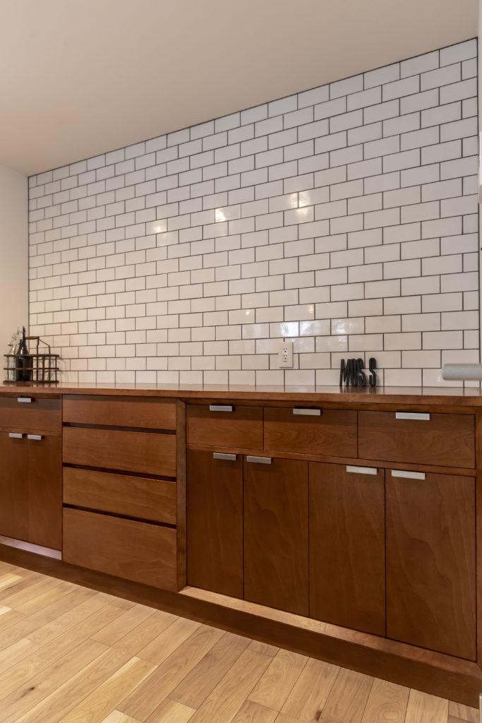 アイランドキッチンの背面も「マウンテンスタンダードタイム」に依頼。ヴィンテージ感を感じさせる佇まい。