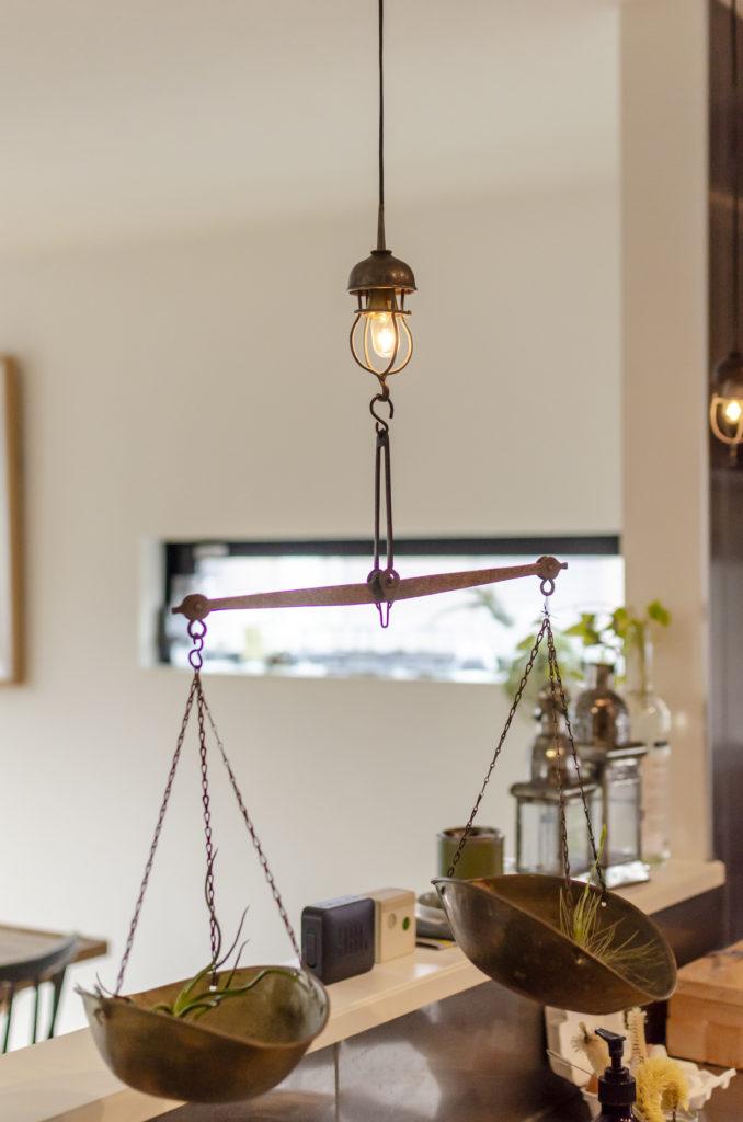 古いオイル差しを使った「リバーサイドファーム」のペンダントライトに、スウェーデンのロッピスで購入した古い天秤をアレンジ。