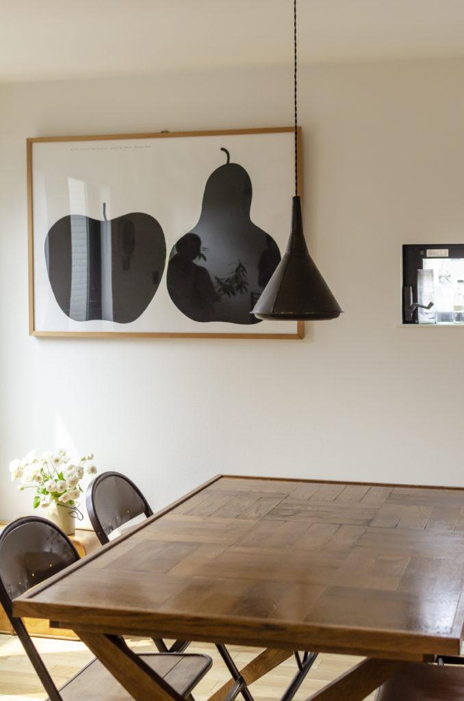 使い込んだ風情の「パシフィックファニチャーサービス」のテーブル。「リバーサイドファーム」の照明は、「サムエルワルツ」で購入。