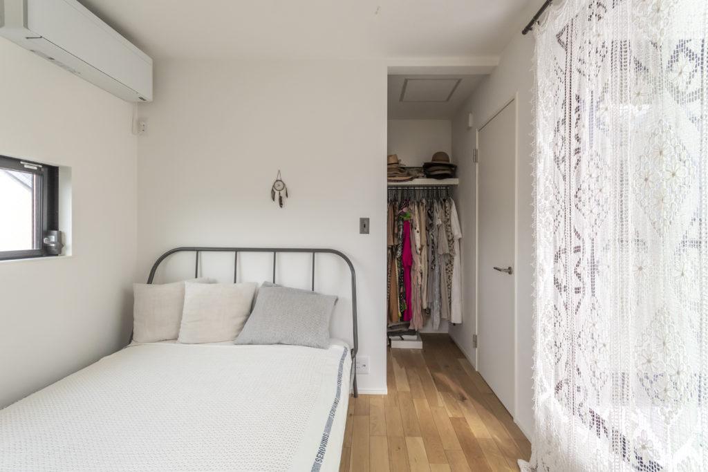 ベッドルームの奥にはウォークインクローゼットを設けた。右手にベッドルームとほぼ同じ広さのテラスがある。レースのカーテンはパラグアイのもの。