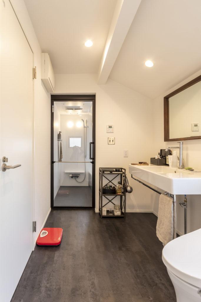 バスルーム、洗面、トイレはひとつの空間に。シンプルで清潔感に溢れる。