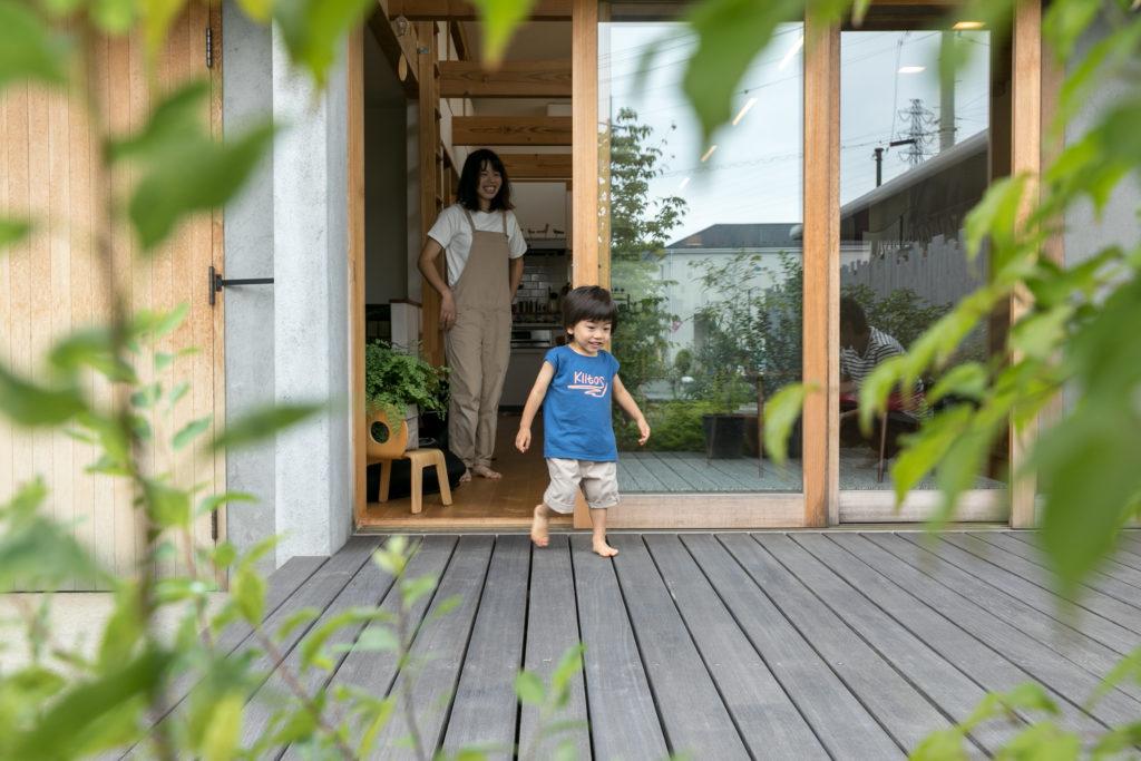 リビングと庭をつなぐ広いウッドデッキは、千楓くんの大好きなスペース。