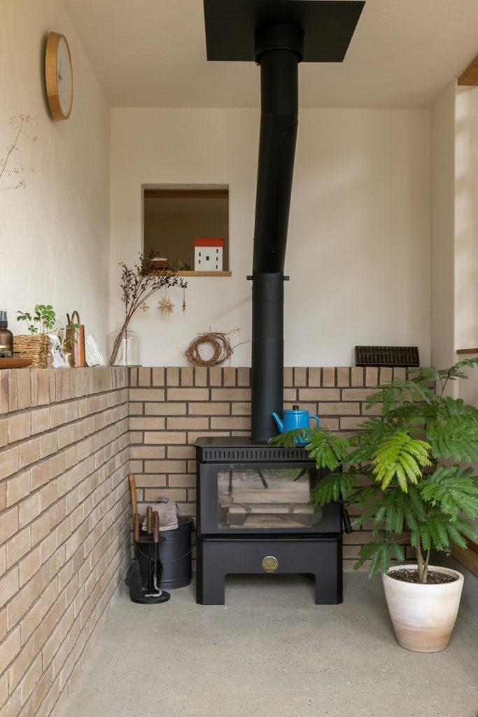 土間には薪ストーブが据えられている。薪ストーブの設置は、家を建てる際の希望の一つだった。