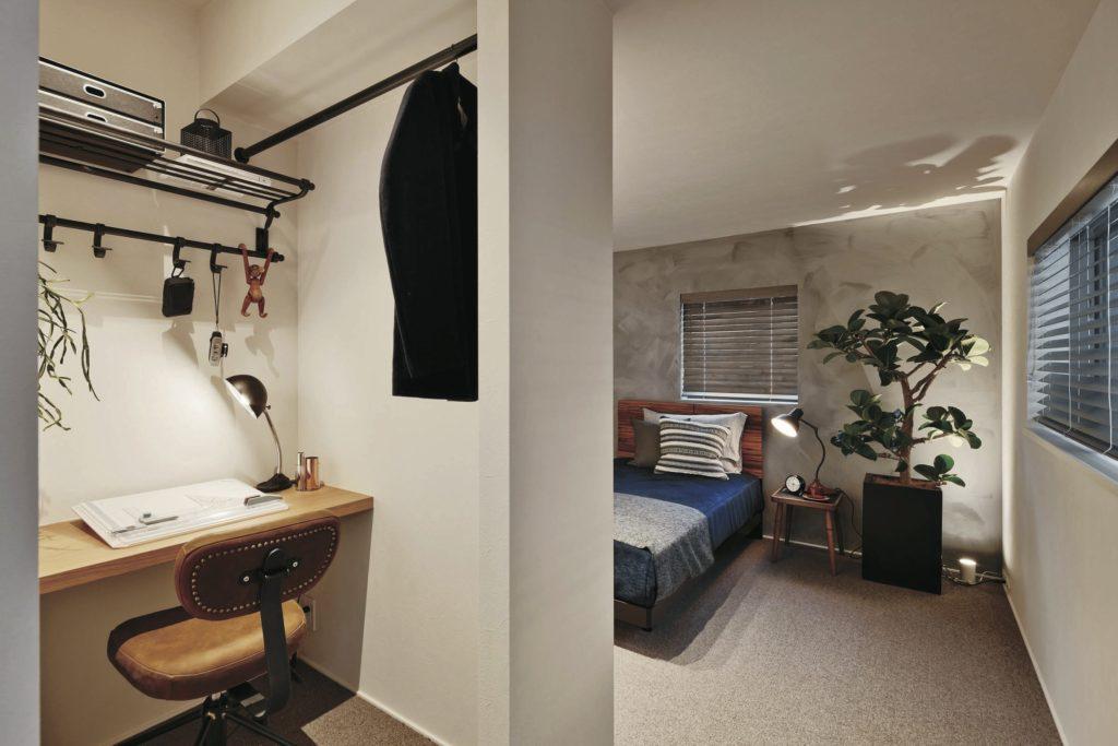 寝室など日中は使わない空間をワークスペースに使うことで、空間を有効活用できるメリットも。在宅勤務の頻度が少なく独立した書斎スペースを設ける必要がない場合や、個々の書斎スペースを設けることが難しい場合などにもおすすめです。