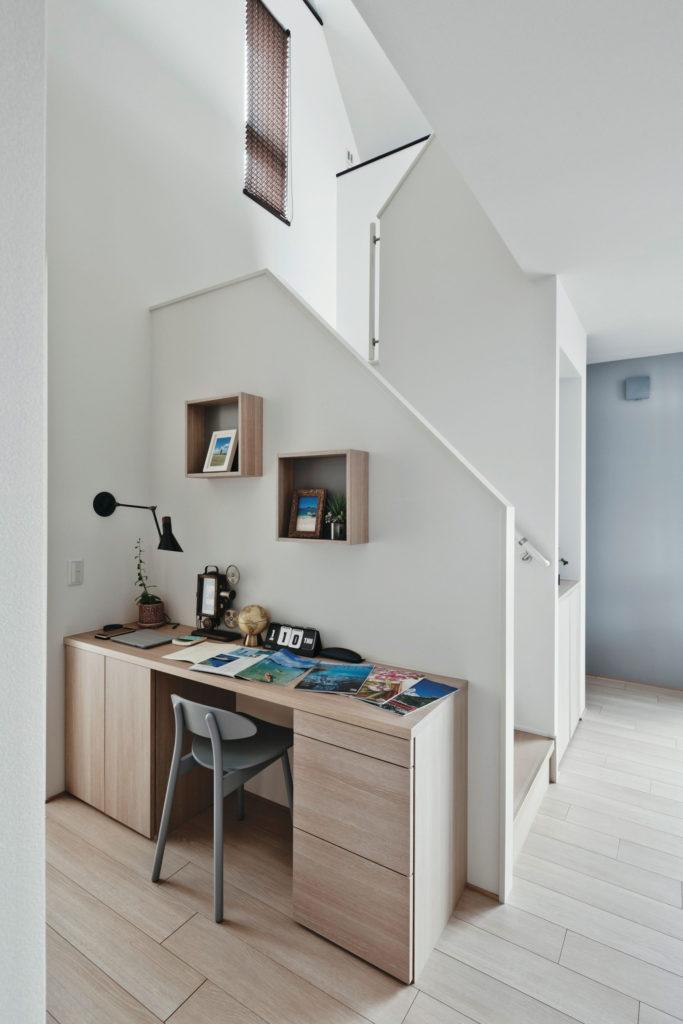 階段横をワークスペースに。デッドスペース生かした効率的なプラン。