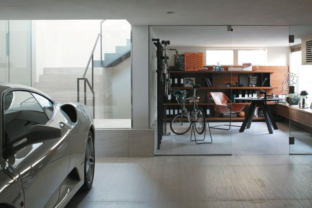 愛車を眺めながら仕事。のびのびと仕事をするならガレージがおすすめ。