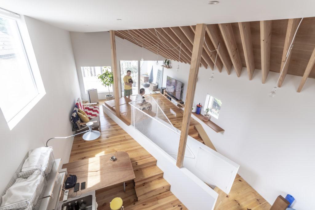 2階のLDKを見る。できるだけゆるい角度にするために階段は対角線上に配置してめいっぱい距離を長くとった。