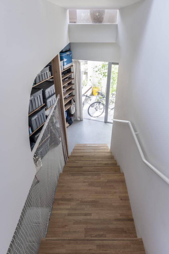 左のアール状に切りとられた壁が空間に柔らかな表情を与える。