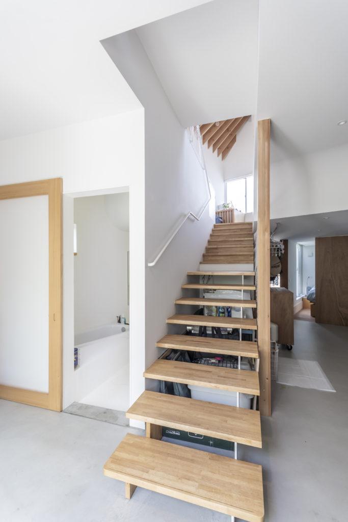 左がお風呂で右奥が寝室。お風呂の戸を開けると階段の周りをぐるりと回ることができる。
