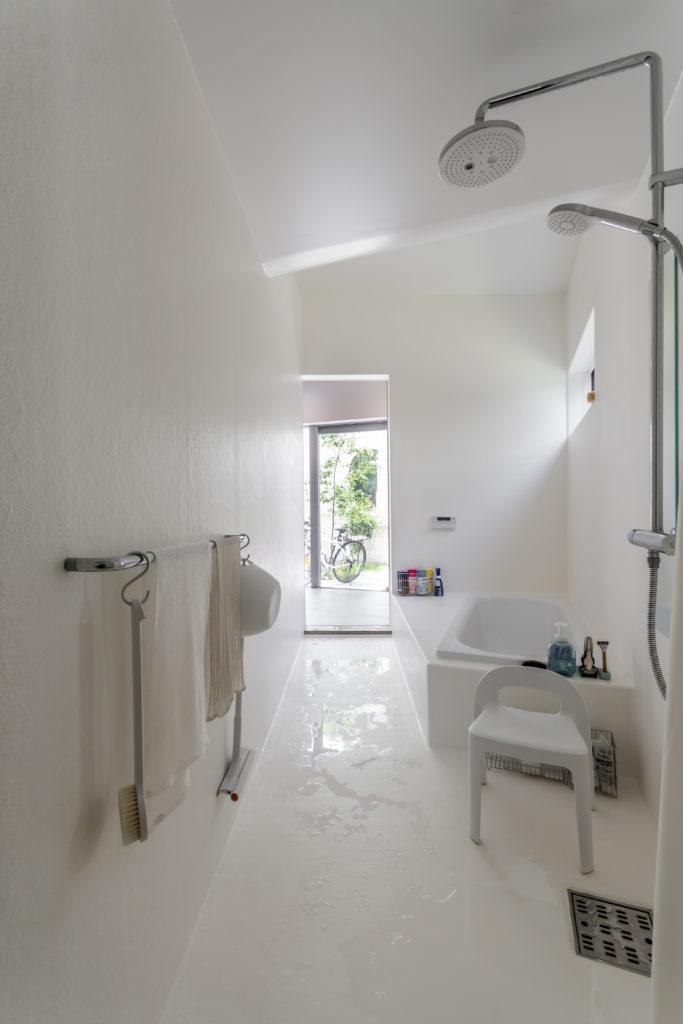 洗面側から玄関方向を見る。