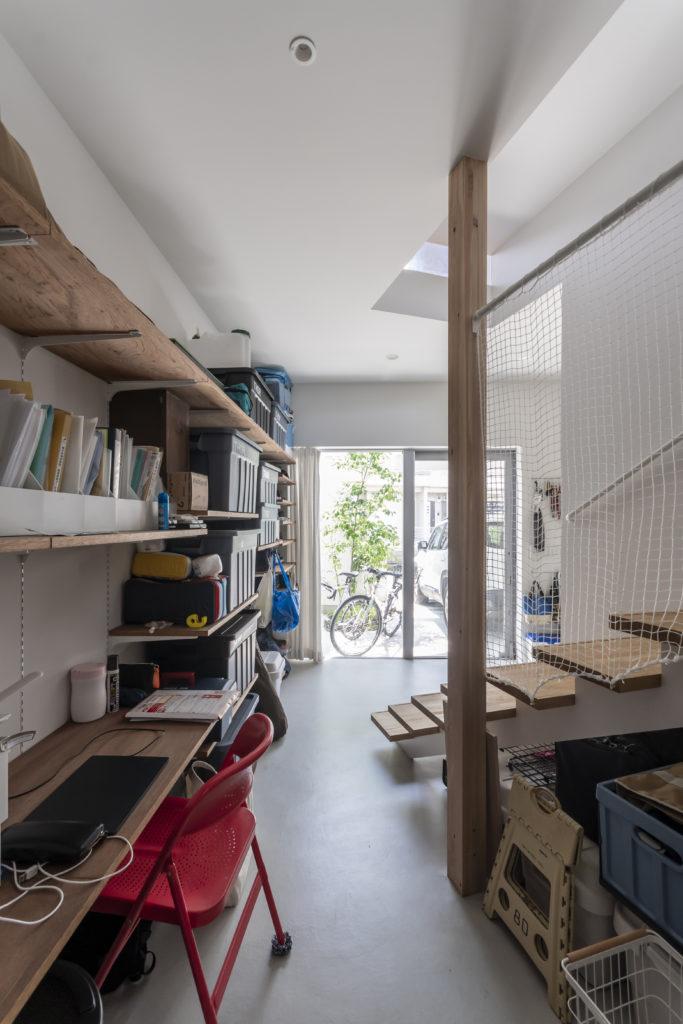 玄関を入ると右手に収納内容によって変更できる可動棚による収納スペースが続く。