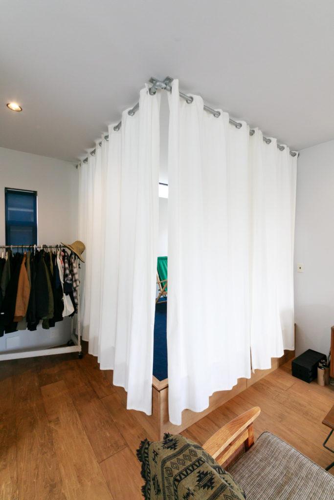 小上がりは、カーテンを閉めれば寝室に。カーテンレールはガス管を使用。カーテンは『IKEA』のもの。