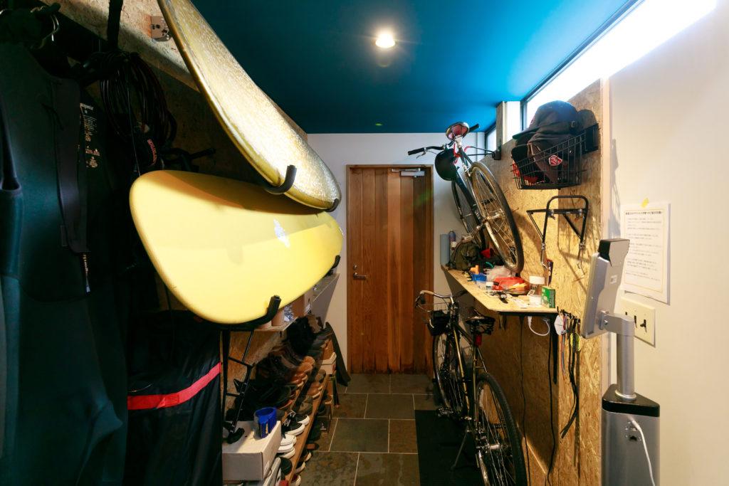 OSB合板を使ってDIYした、ボードラックと自転車置場。
