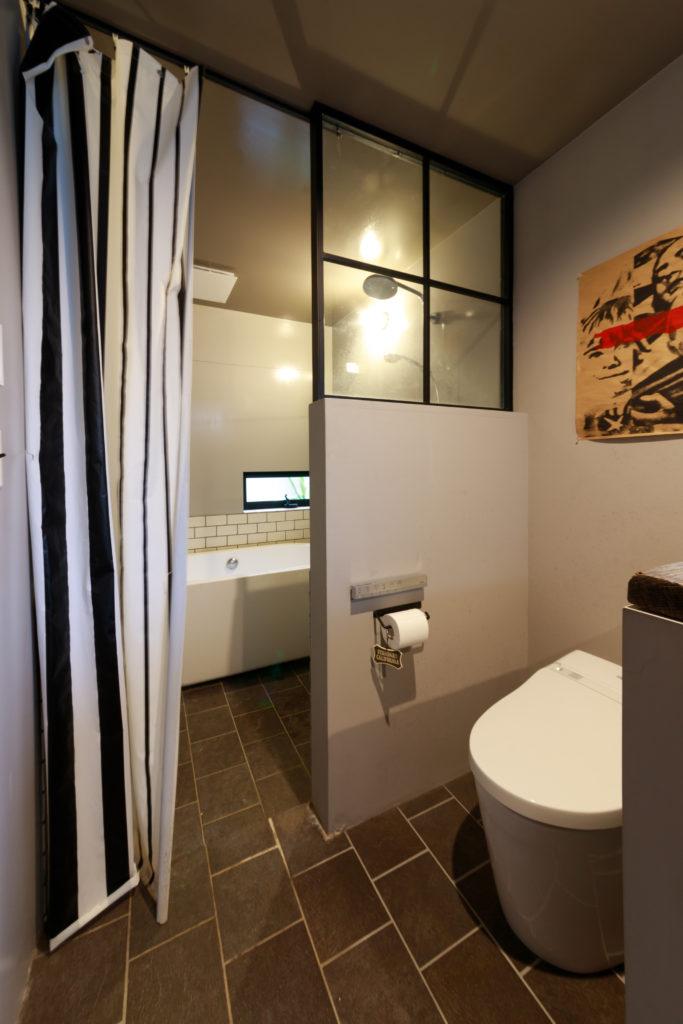 トイレとバスルームの間の仕切りは、鉄作家が製作。階段の手すりも鉄作家によるもの。