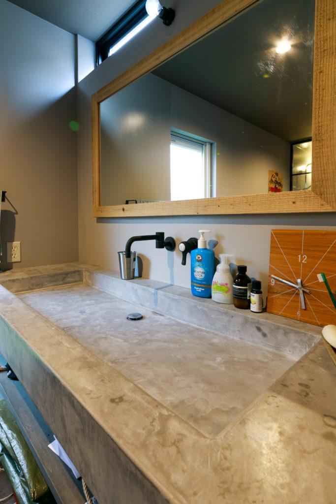大きな洗面台は、モールテックス塗装で造作。
