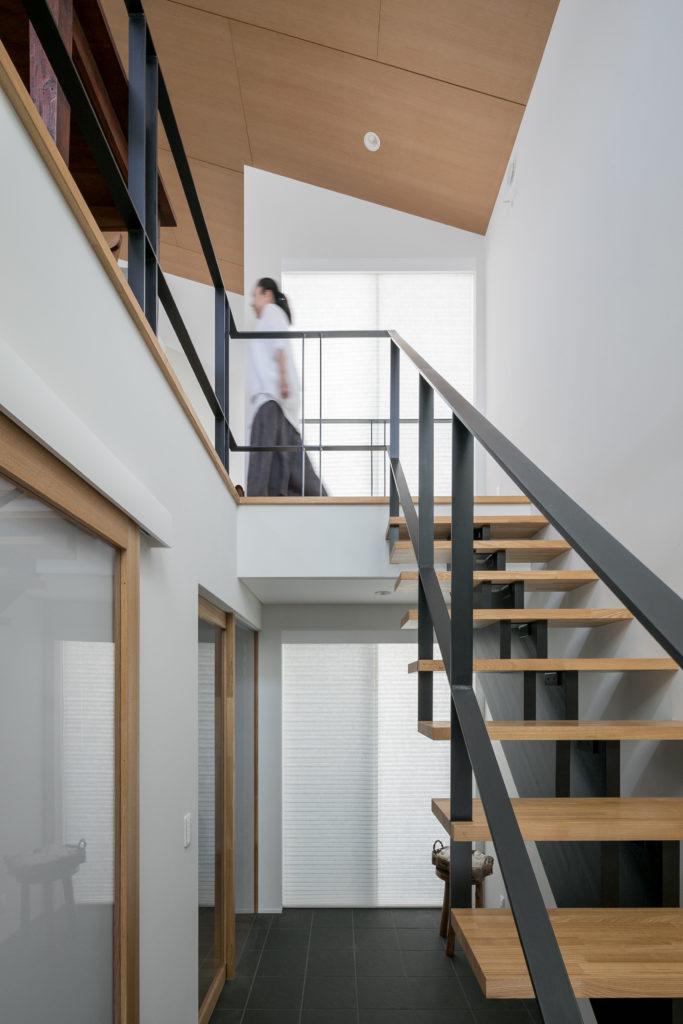 開放感のある吹き抜けの階段ホール。2階へ上がる階段の手すりにはアイアンを採用し、モダンな印象を空間に与えた。