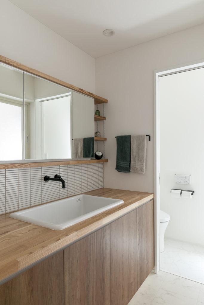 シンプルにまとめられた洗面スペース。清潔感を意識して、収納力のあるフラットな三面鏡を採用した。