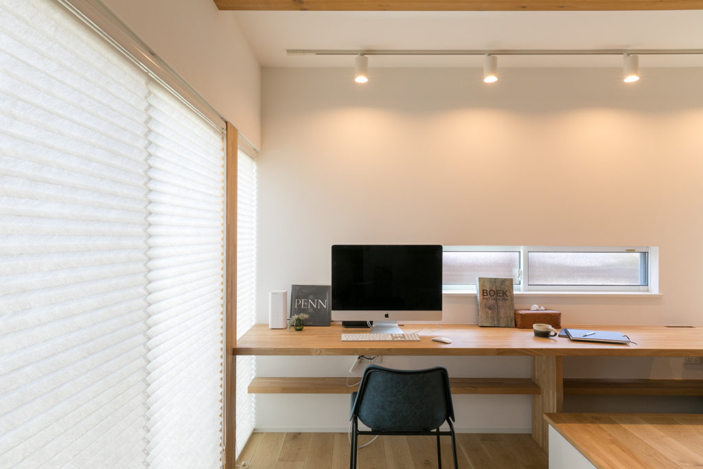 1階の客間兼書斎。右手前には造作の小上がりを設置し、下は収納スペースとなっている。