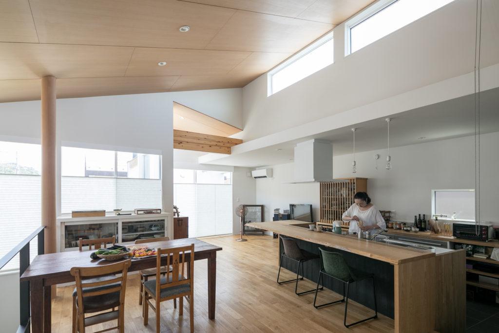 明るく開放感のある2階LDK。採光を考慮した勾配天井によって空間に動きと広がりが生まれている。