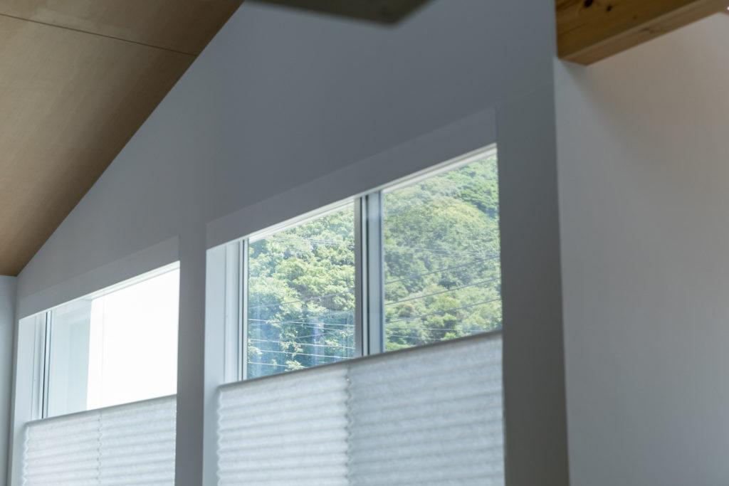リビングの窓からは緑豊かな景観が楽しめる。「キッチンから緑が眺められるのは、特に気に入っているポイントです」と西田さん。
