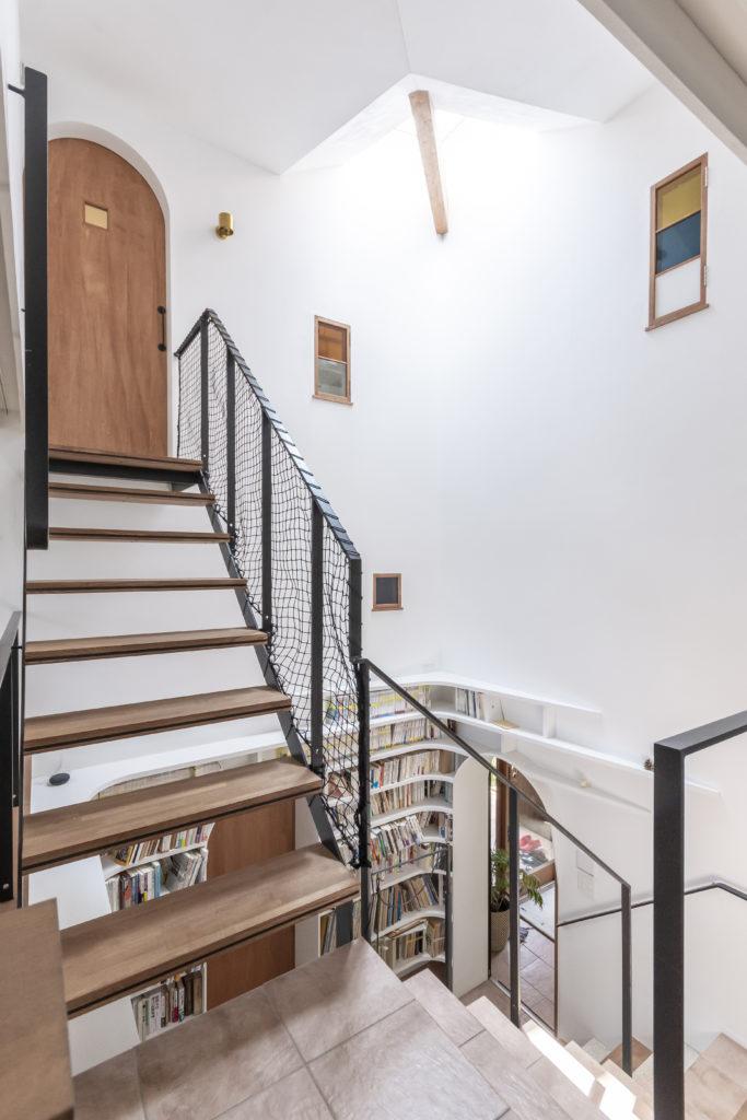 2階から見る。3階に開けられた小窓を通して階段室の様子をうかがうことができる。