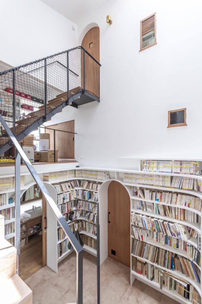 階段室の1階部分の2つの壁が本棚になっている。
